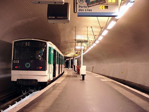Tren en la Estación Gambetta de la Línea 3 bis