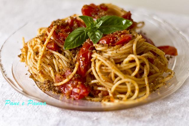 Pasta al profumo di peperoni e briciole