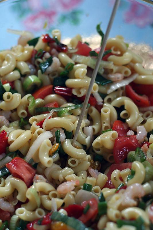nudelsalat mit harissa-salsa & shrimps