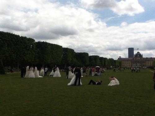 艾菲尔铁塔前拍婚纱照的中国人