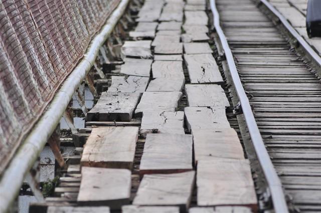 paso fronterizo con Costa Rica: La base del puente que cruza entre Sixaola y Guabito es bastante inestable ... peligrosa incluso, pero al que están acostumbrados todos los que cruzan a diario por trabajo. paso fronterizo con costa rica - 7598291374 c51dbc9aa5 z - Panamá, paso fronterizo con Costa Rica