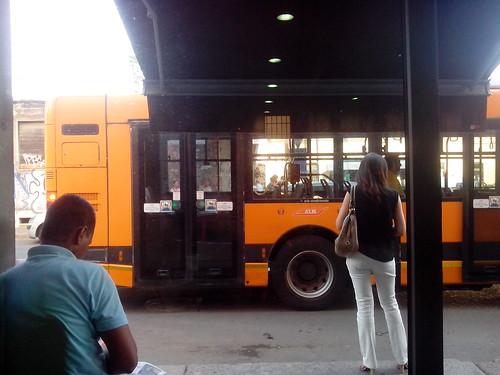 Davanti alla fermata del bus by Ylbert Durishti