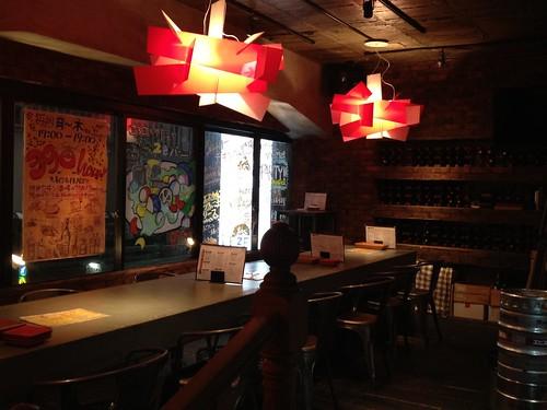 狭いながらもおしゃれな店内@渋谷ワイン酒場