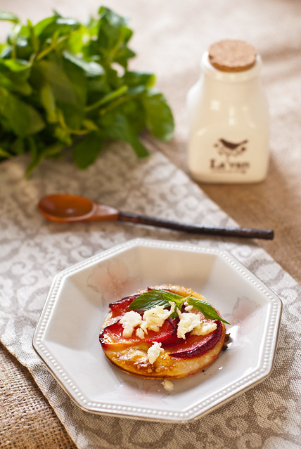 Десерт из слоеного теста со сливами и сыром качаковалло -2
