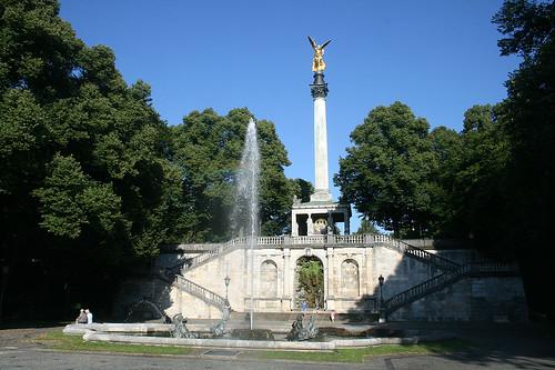 Delfinbrunnen & Friedensengel