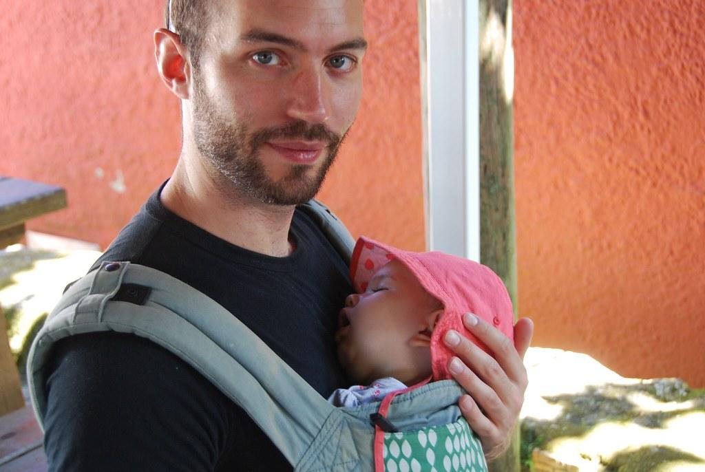 Dormida con su tío Abel, que no pierde ocasión para llevarla de paseo en la mochila.