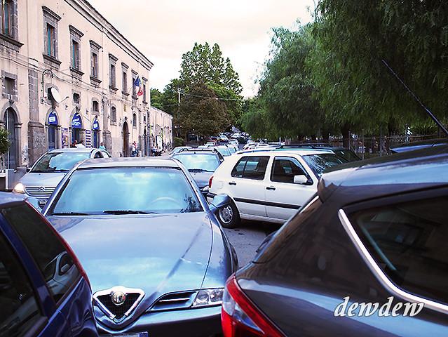 除了很多老人&男性之外,停車方式和交通也都非常驚人。