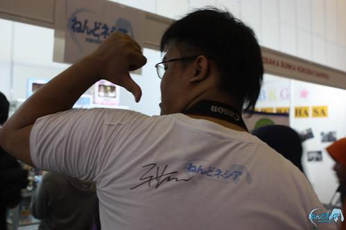 Lazypioneer got his Nendonesia T-shirt signed by Aki-sachou!