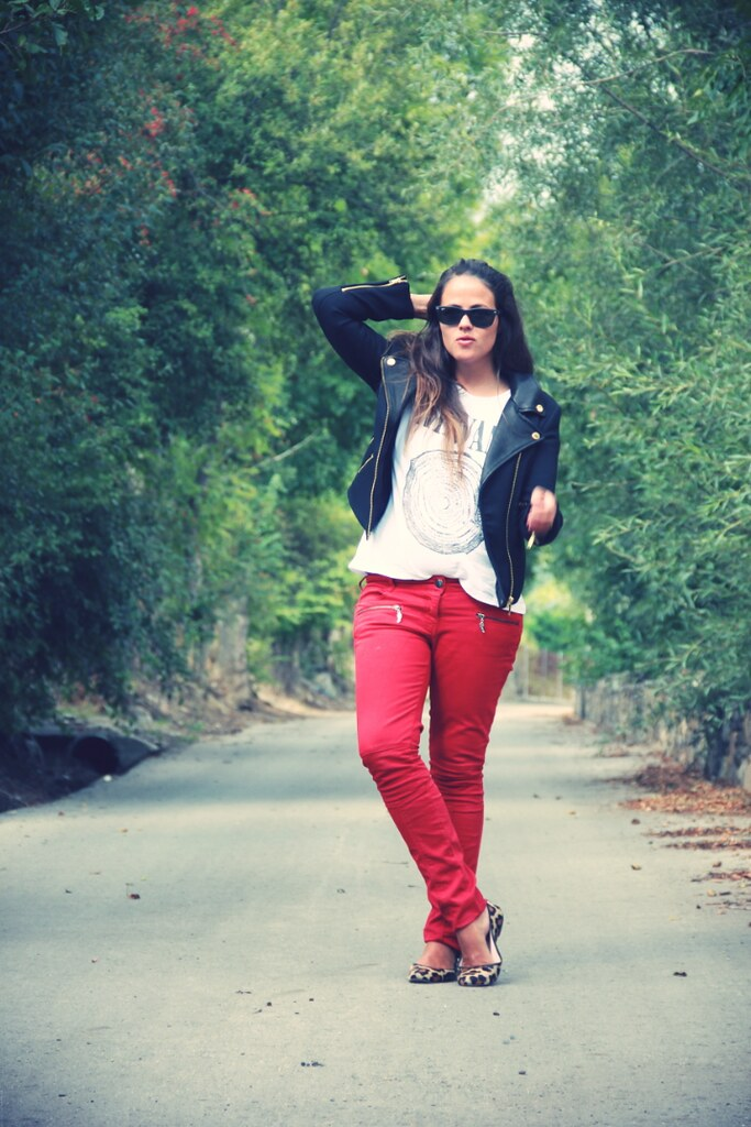 Look pantalones rojos + Cazadora cuero + Bailarinas