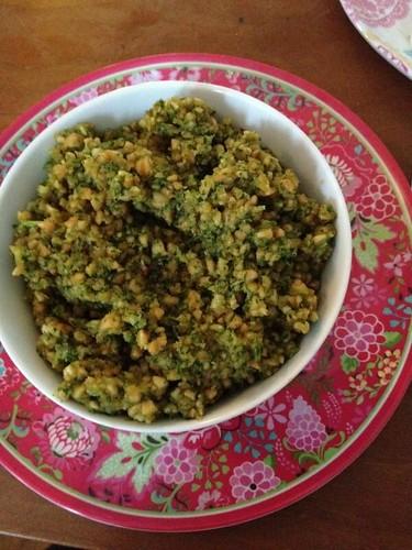 koriander-jordnötspesto