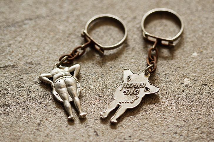 """""""המיתון שווה ל..."""", מחזיק מפתחות מחאתי שחולק ברחוב, המתייחס לתקופת המיתון ב1966."""