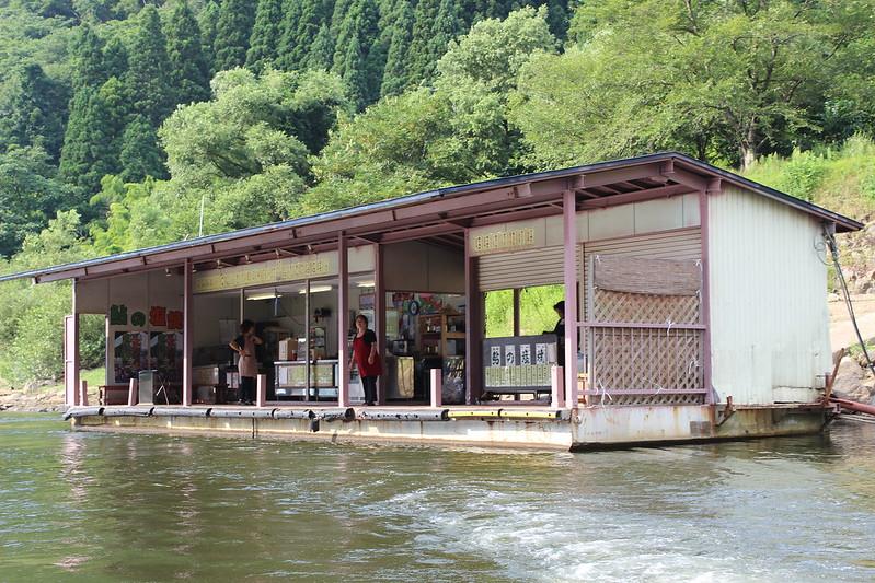 川辺にお店