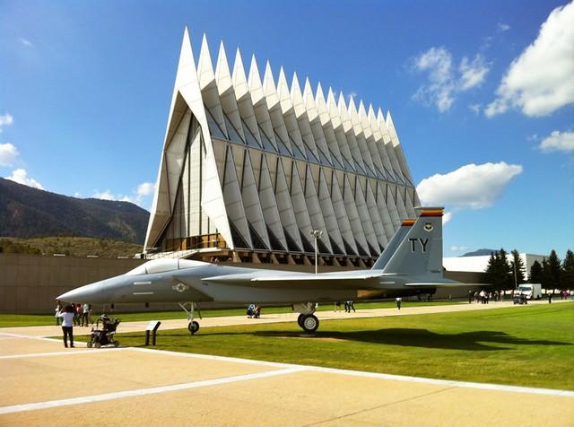 Caza táctico F-15 Eagle junto a la Capilla de Cadetes de la Fuerza Aérea en Colorado Srpings, Estados Unidos
