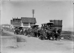 Póstvagnar fara fram hjá Gasstöðinni við Hlemmtorg, um 1915
