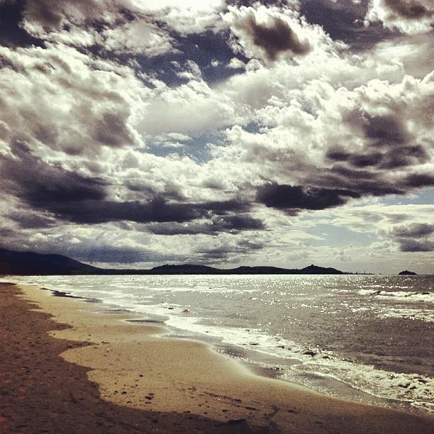 Riflessi luccicanti, nuvole teatrali, questo è il #mare di Settembre #maremma #tuscany #tuscanygram #holidays #beach #clouds #sky #iphoneonly #iphoneography