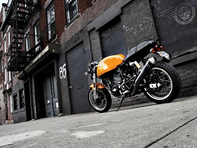 Une jolie Ducati Sport Classic, immortalisée dans une ruelle de New York.