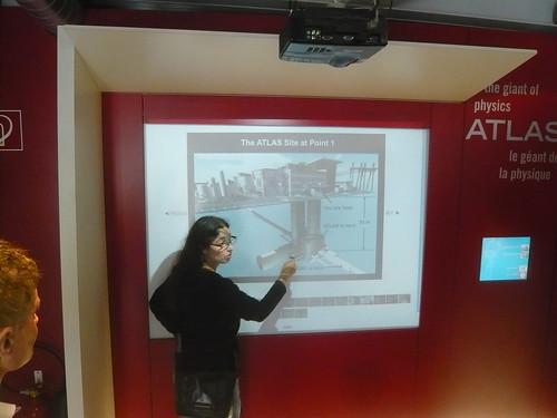 Marcella Bona mostra a localização do detector de colisão de partículas no subterrâneo do prédio.