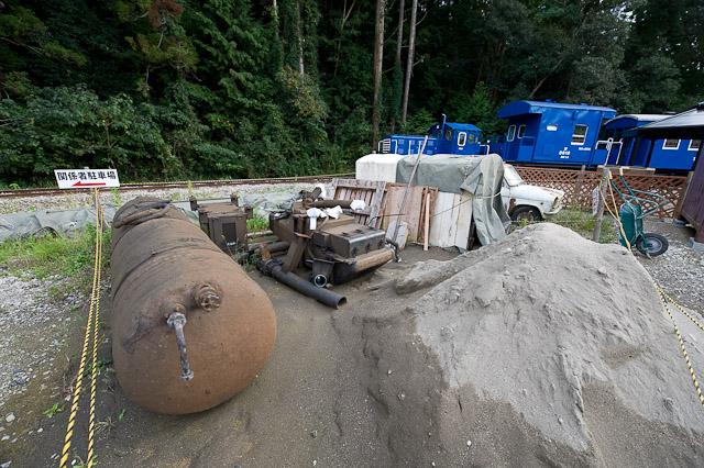 取り外された水タンクと汚物タンク