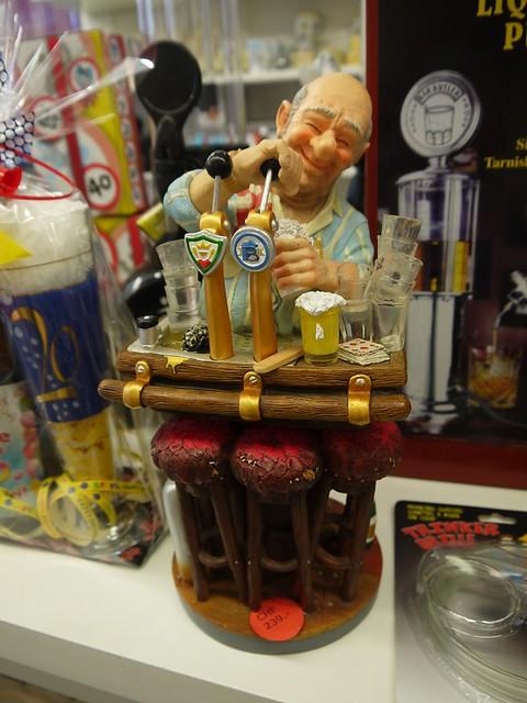 06 玩具店里的这位大叔,在打啤酒?