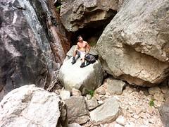 Remontée du haut-Velacu : les dalles noires et le ressaut-bloc après la cascade de 30m (Laurent)