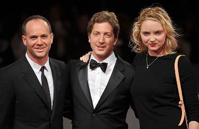 O compositor Max Richter, Henry Alex Rubin e Lily Cole na sessão de gala