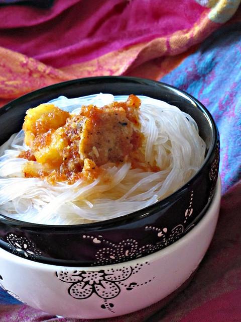 Bami Goreng di Soia con Salmone e Ananas Caramellati al Cocco e Peperoncino