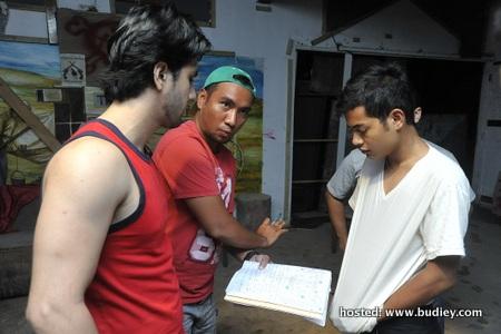 Sein Ruffedge dan Shafie Naswip tekun mendengar arahan Fahmi Sarindi