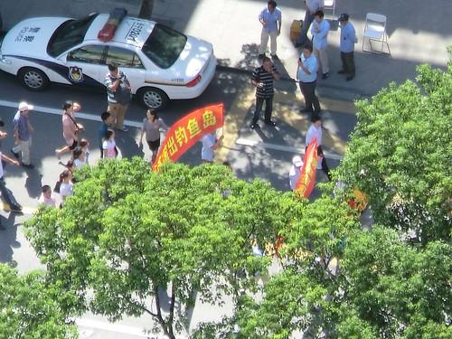 16日在上海日本領事館前の反日デモ行進