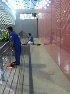 在浦东机场祈祷的藏人