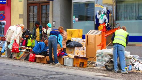 Flohmarktbesucher und Bauarbeiter im friedlichen mit- bzw. nebeneinander