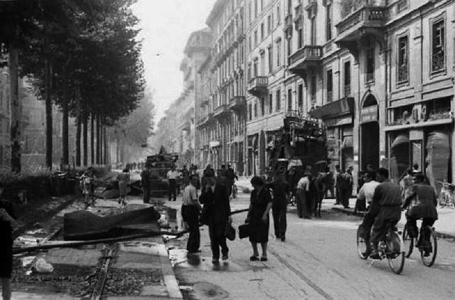 Viale Piave nell'agosto 1943 dopo uno dei bombardamenti, con la gente che scappa via da Milano con ogni mezzo.