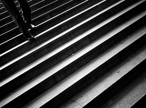 [フリー画像素材] 人物, ボディーパーツ - 足, 階段, モノクロ ID:201210141600