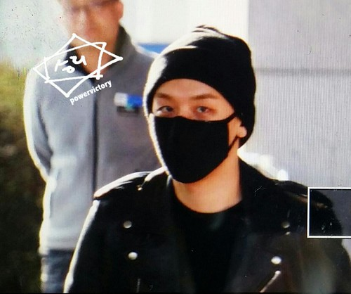 Big Bang - Incheon Airport - 10apr2015 - Seung Ri - Power Victory - 02