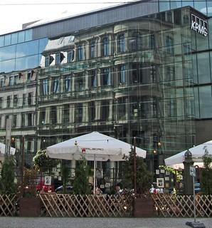 Barockfassade spiegelt sich in Glasfassade