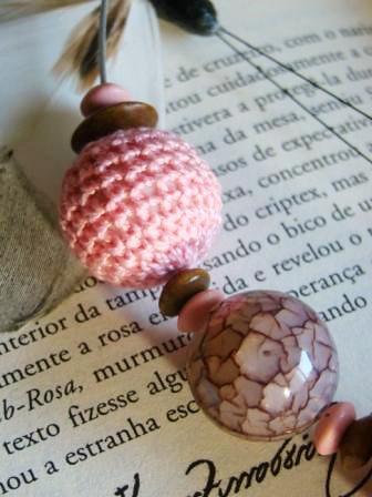 Detalhe colar Pink&brown by kideias - Artesanato