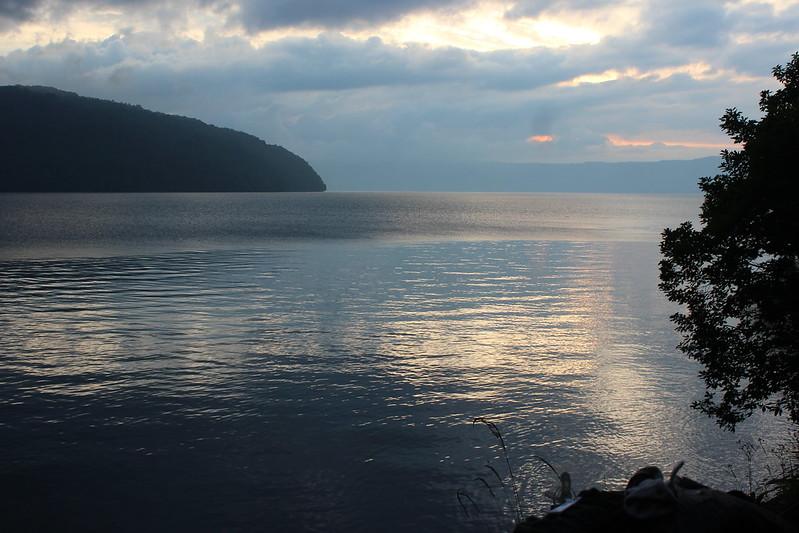 十和田湖沿いを走る