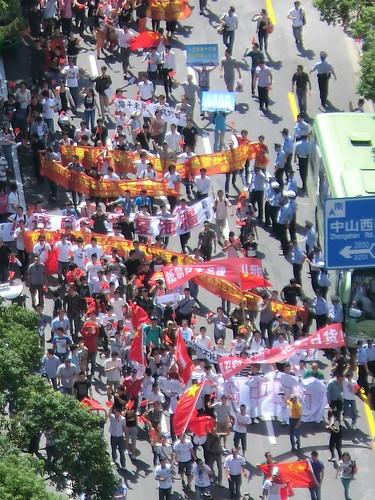 16日在上海日本領事館周辺での反日デモ