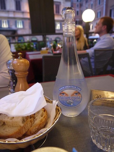 03 味道很普通的观光区餐馆,不过瓶水还挺漂亮,可惜不大好带走