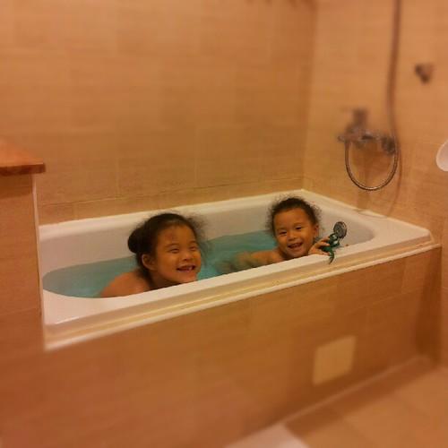 20120929 開心泡澡。