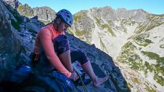 Agnieszka szykuje sie do drogi wspinaczkowej na Mnichu