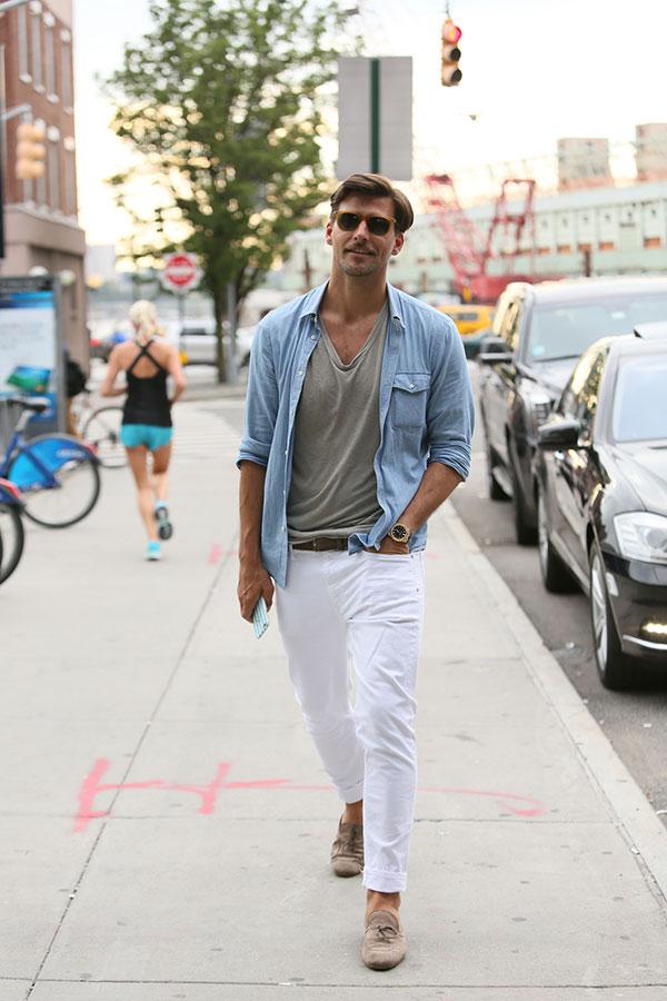 ライトブルーシャツ×グレーTシャツ×白パンツ×ライトブラウンタッセルローファー