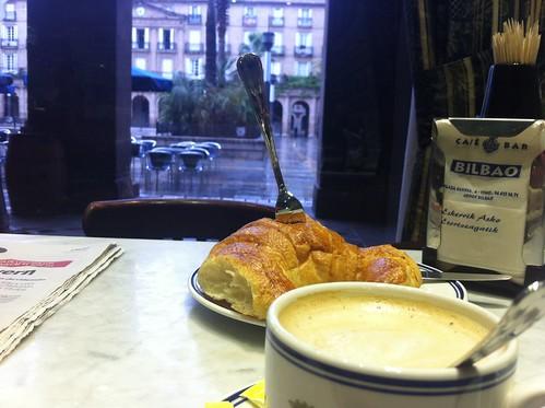 CAFE BILBAO en la Plaza Nueva, Desayuno by LaVisitaComunicacion