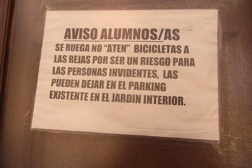 Aviso para Bicicletas en la Escuela de Traductores de Granada.