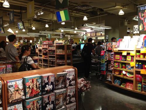 Whole Foods Marketのレジ。40個ぐらいレジがあり、システマティックにお客さまが振り分けられていく。
