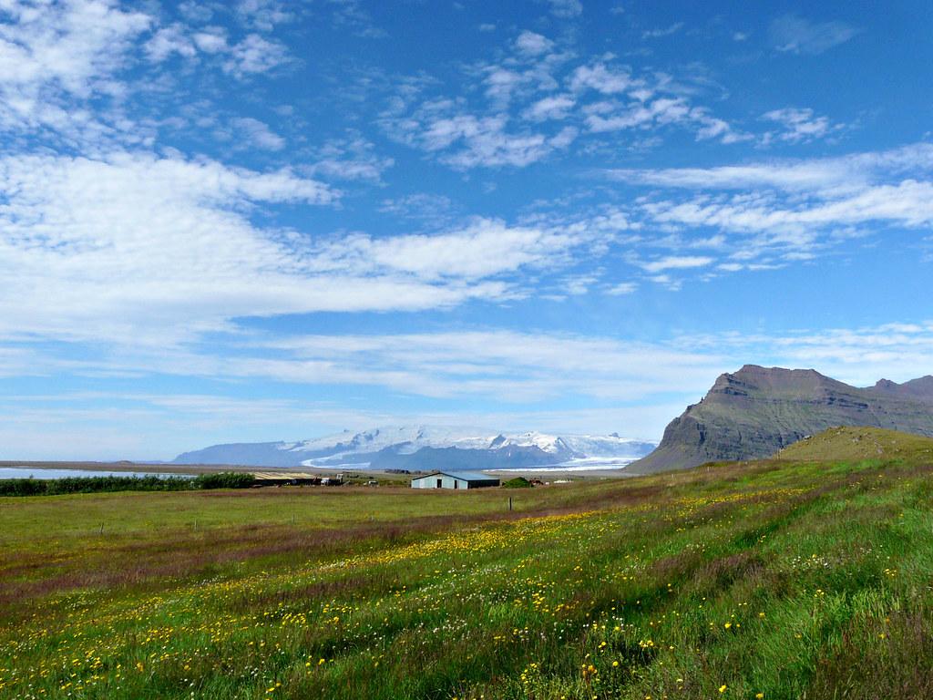 東アイスランドの野原と山々