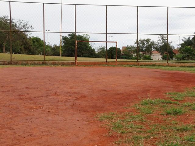 Campo de futebol em degradação