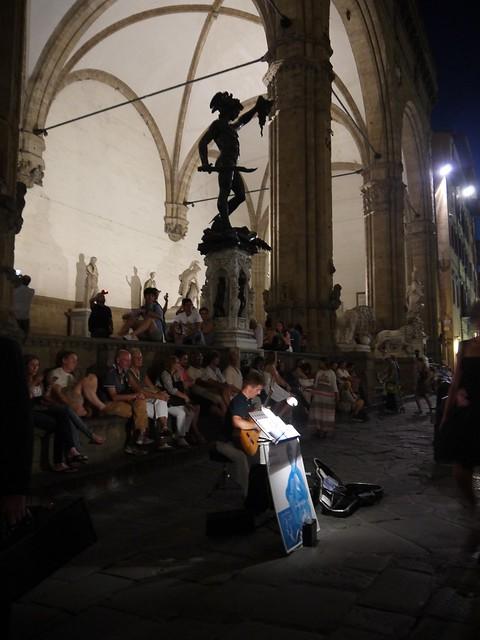 04 博物馆门前街头艺人的夜间演唱