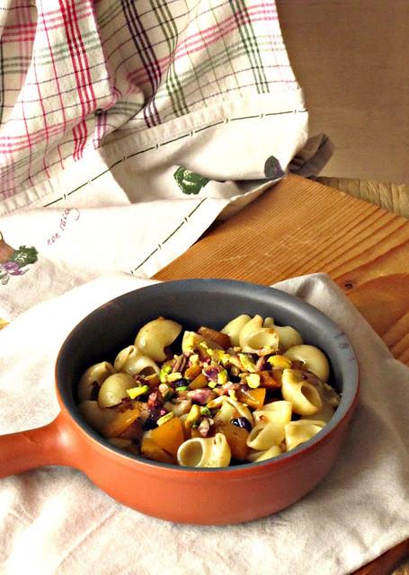 Lumaconi con Zucca Acciugata, PIstacchi e Uva Confite