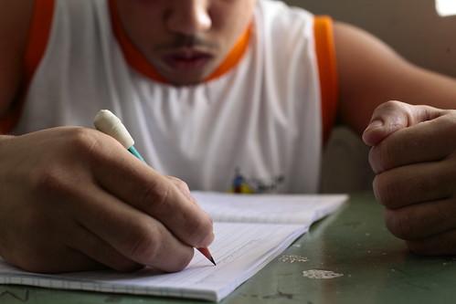 Adolescentes que cumprem medidas socioeducativas e presidiários têm maior dificuldade na redação