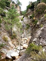 Remontée du haut-Velacu : le départ de la partie raide du ravin avec la cascade de 30m